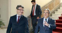 Los ministros Álvaro Nadal y Juan Ignacio Zoido, este lunes en Las Palmas de Gran Canaria.