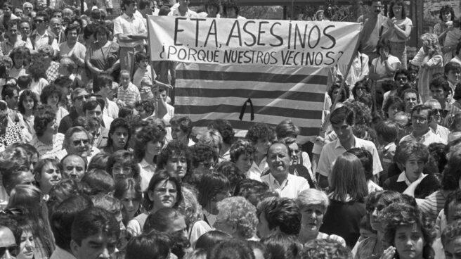 Protesta ciudadana contra el terrorismo etarra en las calles de Barcelona tras el atentado de Hipercor.