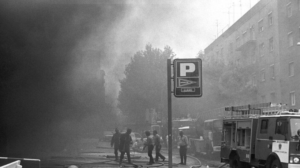 Los bomberos, trabajando en el aparcamiento de Hipercor tras hacer estallar ETA el coche-bomba el 19 de junio de 1987.