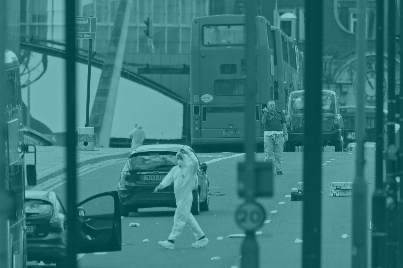 Los agentes investigan una de las zonas del ataque de Londres.