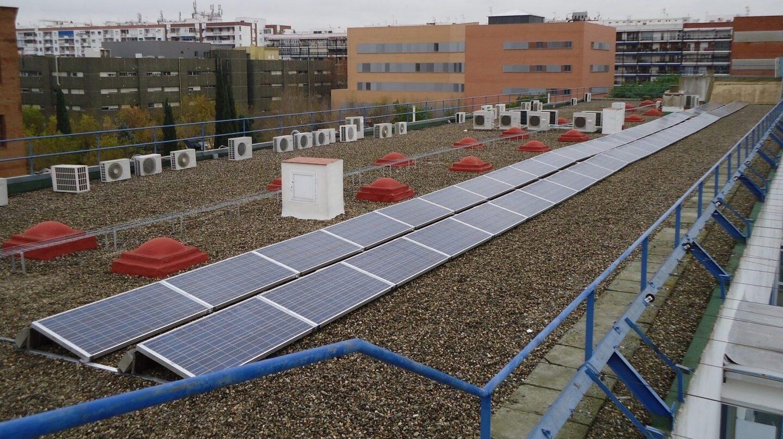 Placas fotovoltaicas en el tejado de un edificio.