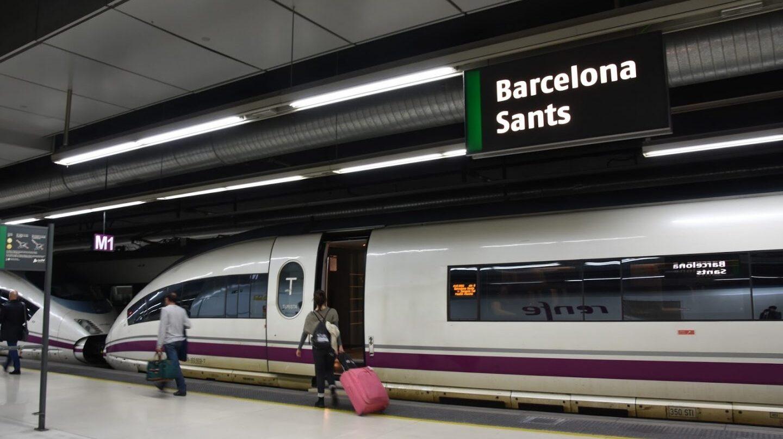 Una mujer sube al AVE en la estación de Barcelona Sants.
