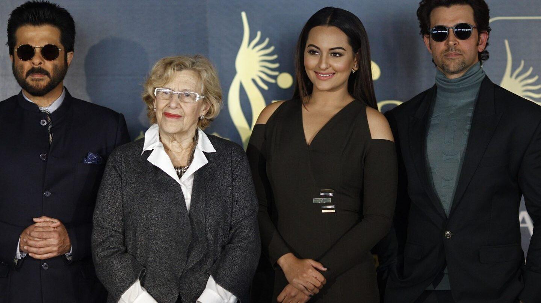 La alcaldesa de Madrid con actores del Festival de Bollywood.