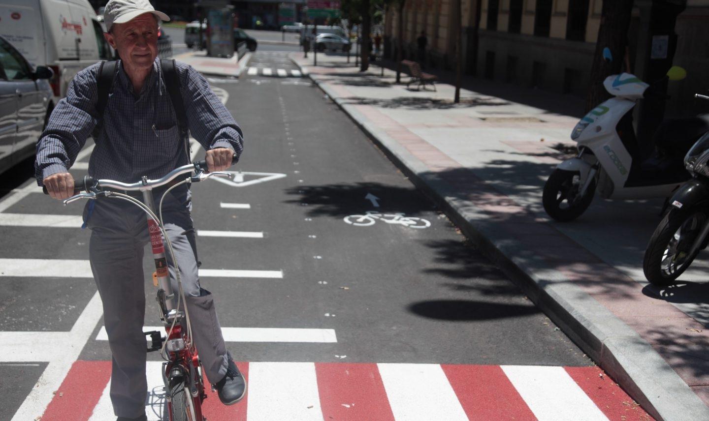 Carlos Corral en el nuevo carril bici de Santa Engracia, en el distrito madrileño de Chamberí.