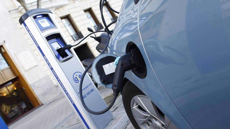 Un coche eléctrico, en plena carga.