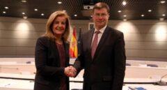 La ministra de Empleo, Fátima Báñez, y el responsable de Estabilidad Financiera de la Comisión Europea, Valdis Dombrovskis.