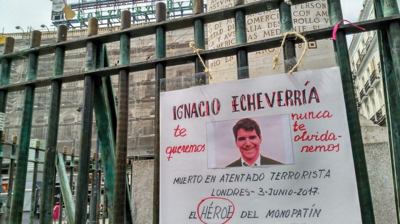 Cartel en recuerdo de Ignacio Echeverría colocado este jueves en la Puerta del Sol de Madrid