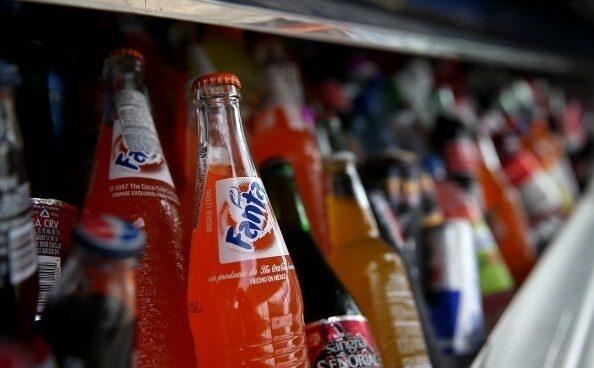 Bebidas azucaradas en una máquina expendedora.