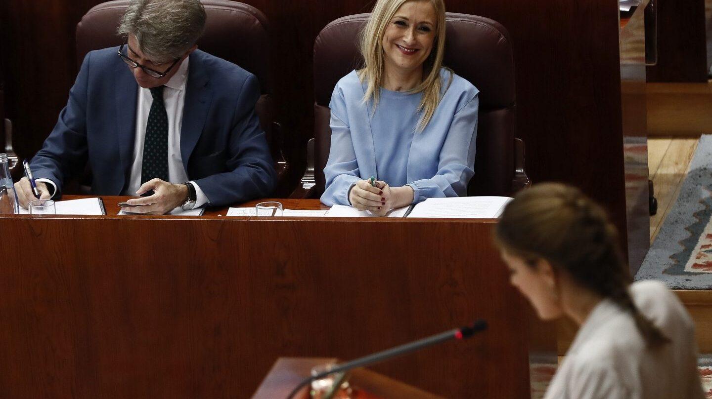 La candidata de Podemos a presidir la Comunidad de Madrid, Lorena Ruiz-Huerta, defiende su moción ante la presidenta, Cristina Cifuentes.