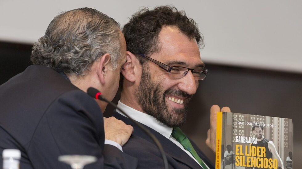 José Luis Sáez habla al oído a Jorge Garbajosa en la presentación de un libro sobre la vida de éste.