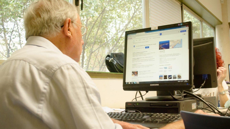 Jubilado manejando un ordenador.