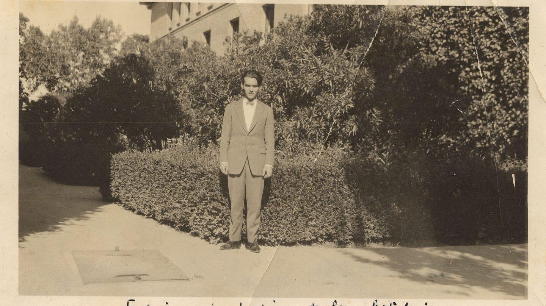 Federico García Lorca en el jardín de las adelfas de la Residencia de Estudiantes, Madrid, 1919.