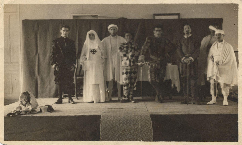 Representación de Don Juan Tenorio en la Residencia de Estudiantes. Madrid, 1 de noviembre de 1920. Entre los actores, Federico García Lorca (primero por la izquierda) y Luis Buñuel (quinto por la izquierda).