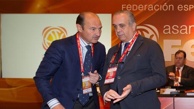Luis Giménez y José Luis Sáez, ambos investigados en la causa, en la asamblea general de la Federación de Baloncesto de 2014.