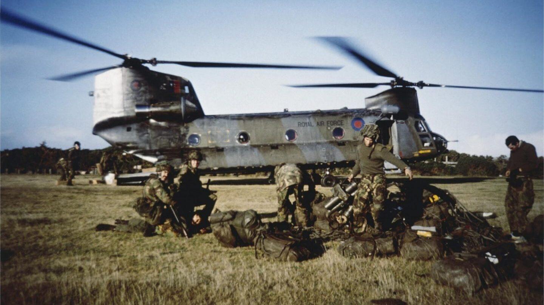 Soldados británicos esperan el visto bueno para transportar a un prisionero argentino al cuartel general el 29 de mayo de 1982.