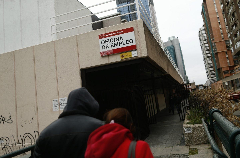 Dos desempleados camino de una Oficina de Empleo en plena crisis económica.