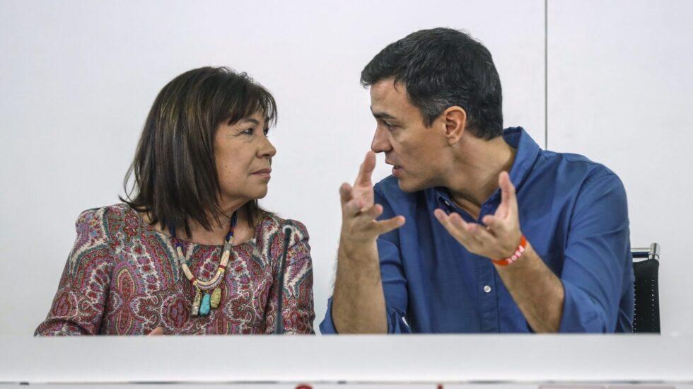 Pedro Sánchez, junto a Cristina Narbona.