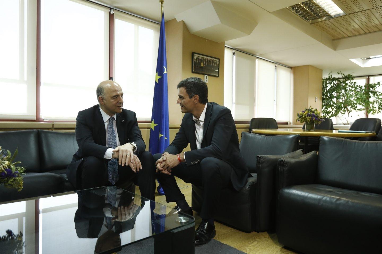 El secretario del PSOE, Pedro Sánchez, junto al comisario europeo, el socialista Pierre Moscovici.