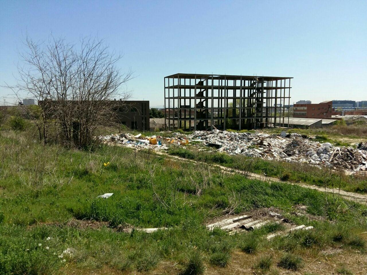 Otra fotografía de los numerosos vertederos ilegales con residuos tóxicos, al norte de Madrid.