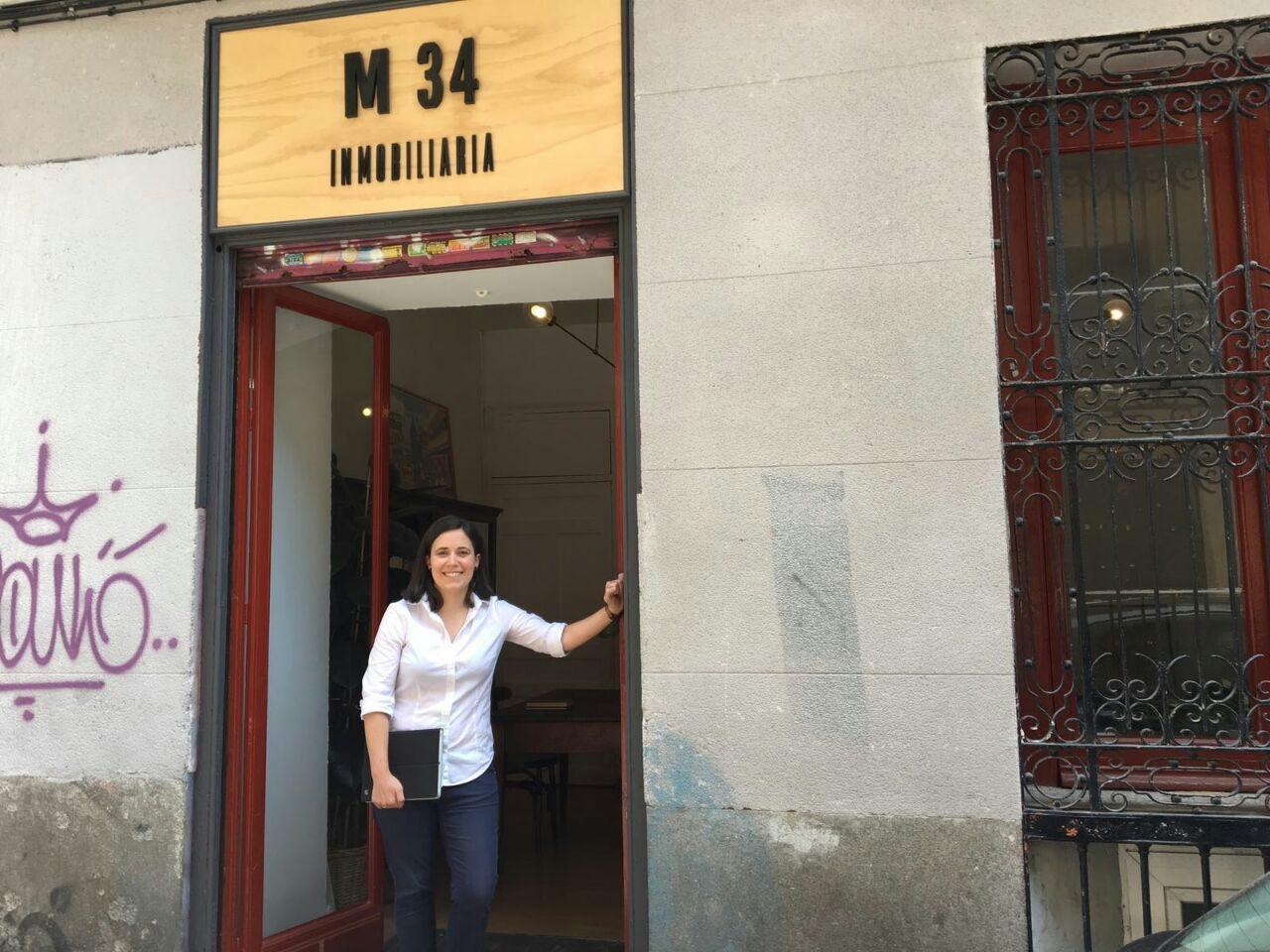 Beatriz Hernández, de la agencia M34 en Malasaña, le llegan ofertas para alquilar pisos solo la semana del Orgullo.