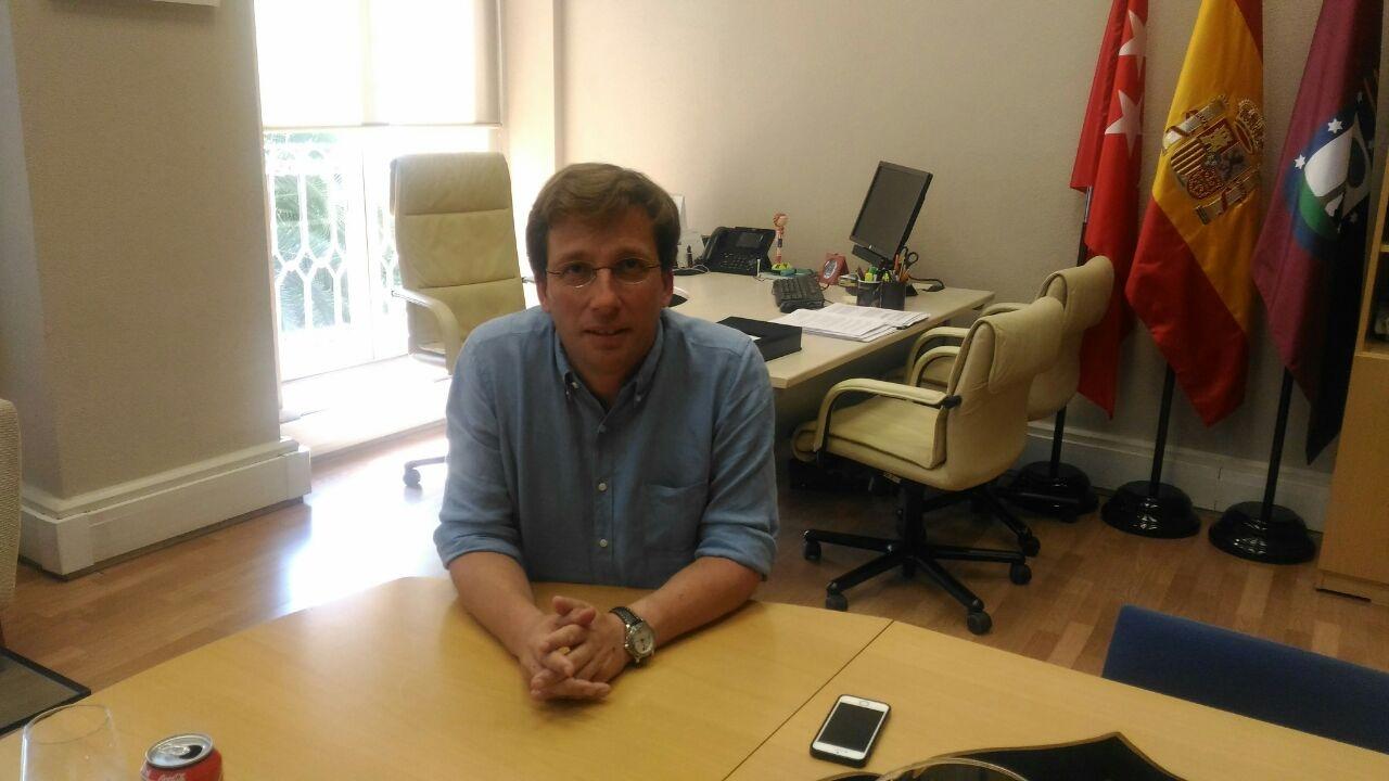 Martínez-Almeida, en su despacho durante la entrevista.