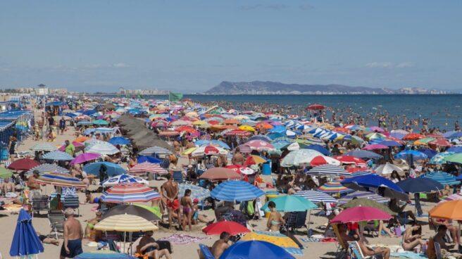 La playa de Gandía llena de turistas.
