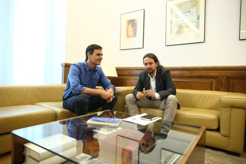 El secretario general del PSOE, Pedro Sánchez, y el líder de Podemos, Pablo Iglesias, en su reunión en el Congreso.