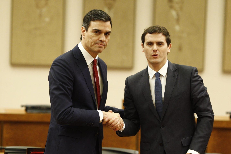 El secretario general del PSOE, Pedro Sánchez, y el líder de Ciudadanos, Albert Rivera.