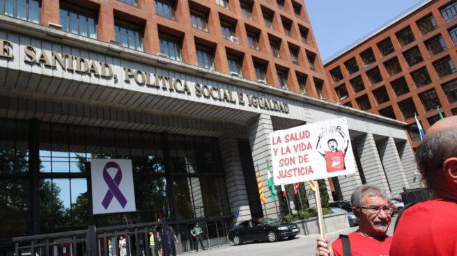 La plataforma de afectados por la hepatitis C a las puertas del Ministerio de Sanidad.