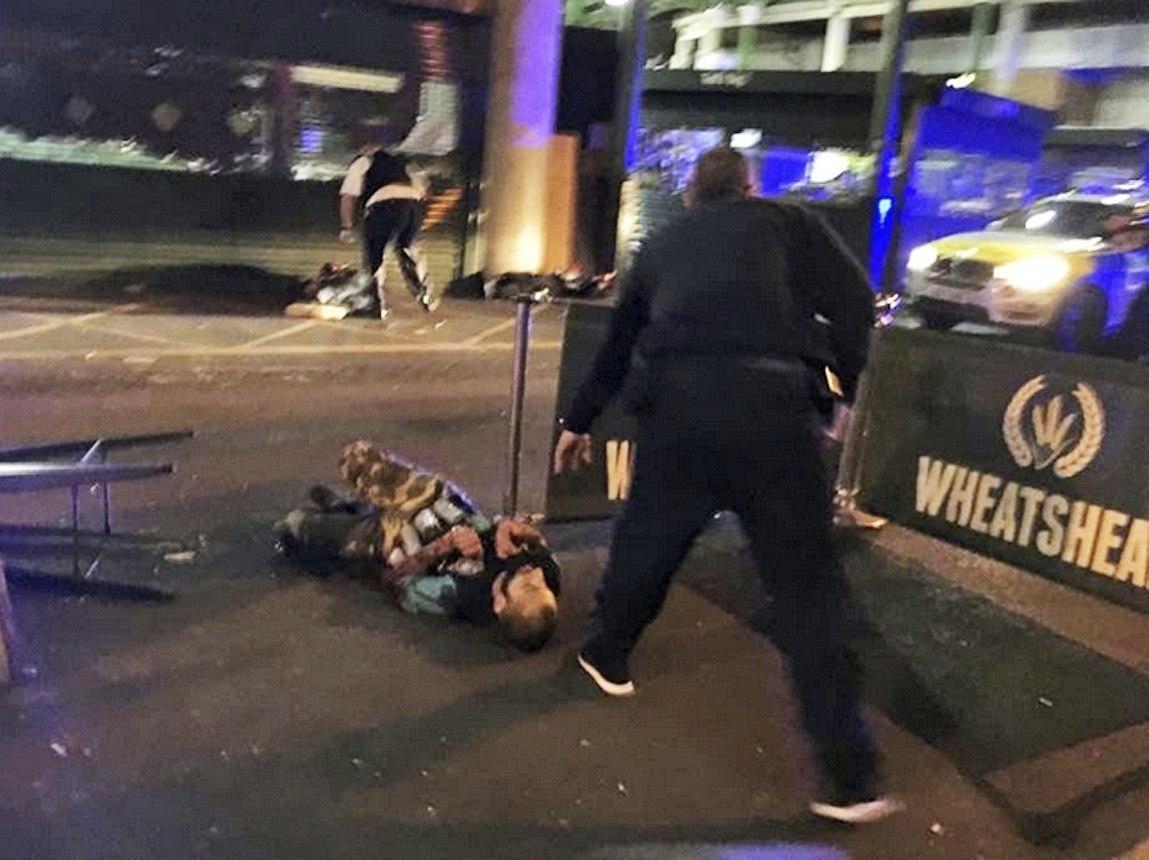Uno de los terroristas yace en el suelo tras ser abatido.