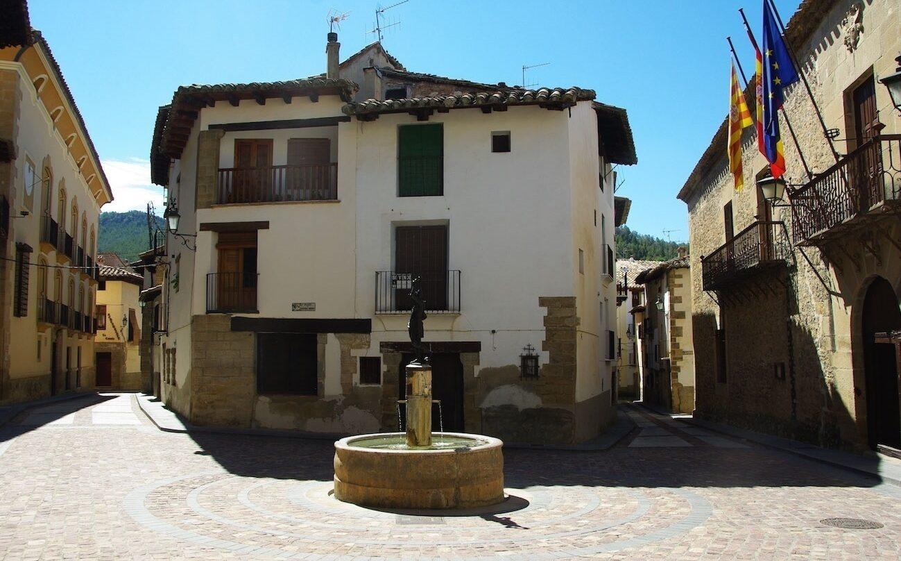 Plaza del pueblo Rubielos de Mora, en Teruel, una de las provincias con mayor despoblación.