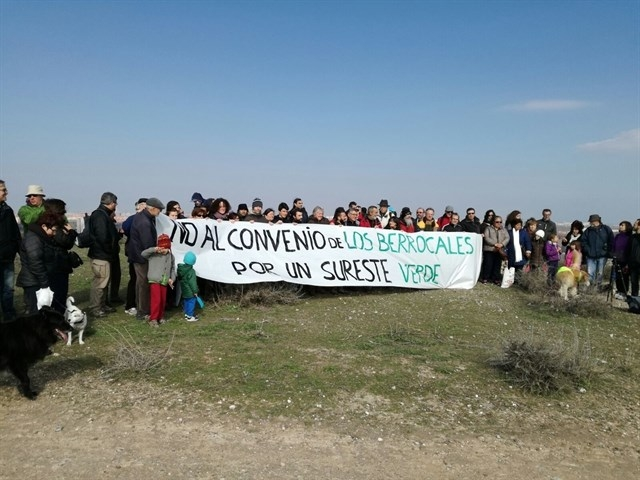 Vecinos del sureste protestan contra el desarrollo de los Berrocales, en febrero de este año.