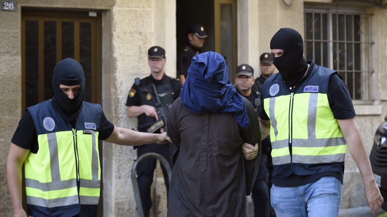 Uno de los yihadistas detenidos este miércoles en Inca, junto a los agentes de la Policía Nacional.