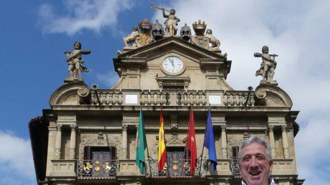 El alcalde de Pamplona, Joseba Asirón, frente a la fachada del Consistorio.