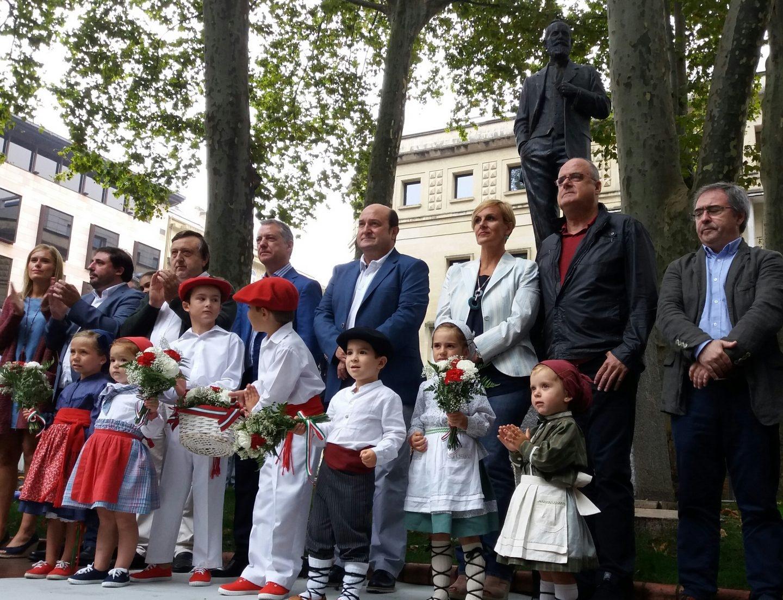 La dirección del PNV ante la estatua de Sabino Arana durante el acto celebrado esta mañana.