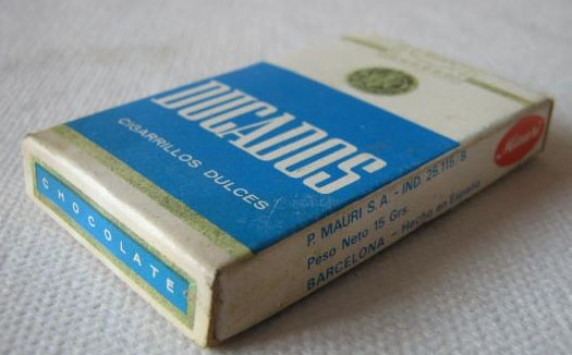Paquete de cigarrillos de chocalate con la marca Ducados.
