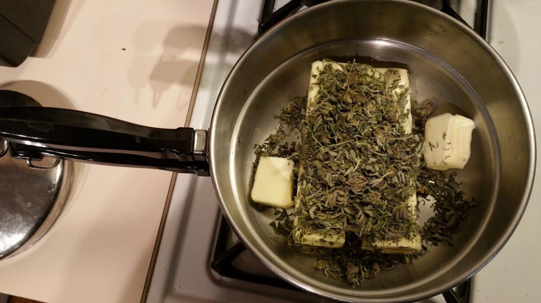 Preparando marihuana con mantequilla para consumo medicinal