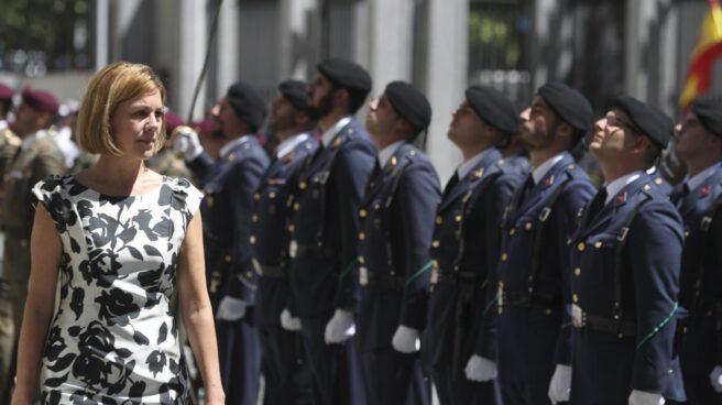 La ministra de Defensa, María Dolores de Cospedal, pasa revista durante la celebración del 40 aniversario del ministerio.