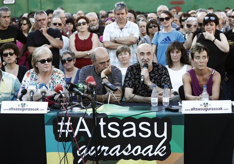 Padres de los acusados de Alsasua durante la comparecencia para valorar la petición de pena de la Fiscalía contra sus hijos.