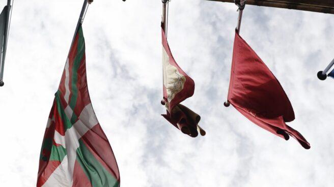 """Las banderas ondean en el Ayuntamiento de Pamplona momentos antes del """"chupinazo"""" con el que darán comienzo las Fiestas de San Fermín."""