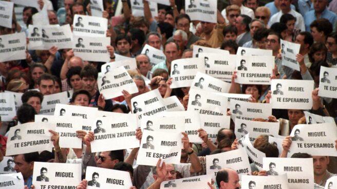 Fotografía de archivo del 11-7-1997 de la manifestación que miles de personas llevaron a cabo en Ermua (Vizcaya) para pedir la libertad de Miguel Ángel Blanco.