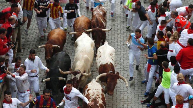 Los mozos corren entre los toros de la ganadería gaditana de Jandilla, durante el quinto encierro de San Fermín 2017.