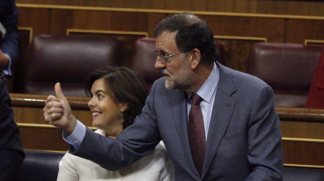 El presidente del Gobierno, Mariano Rajoy y la vicepresidenta, Soraya Sáenz de Santamaría, durante el pleno del Congreso.