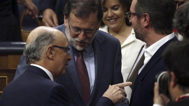 El presidente del Gobierno, Mariano Rajoy y el ministro de Hacienda, Cristóbal Montoro, en el pleno en el que se aprobó el techo de gasto.