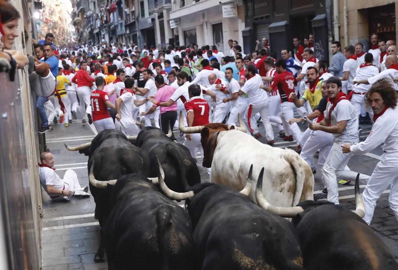 Los toros de la ganadería de Victoriano del Río llegan a la curva de Mercaderes de Pamplona, durante el sexto encierro de San Fermín 2017.