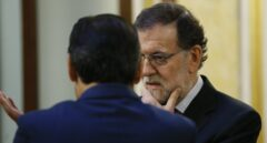 El presidente del Gobierno, Mariano Rajoy (d) conversa con el diputado del PP, Fernando Martínez-Maíllo, en los pasillos del Congreso de los Diputados.
