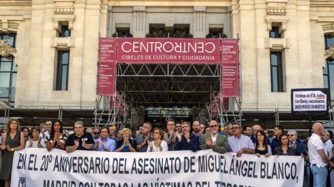 Manuela Carmena y los grupos municipales del Ayuntamiento de Madrid han participado en Cibeles en el homenaje a Miguel Ángel Blanco.