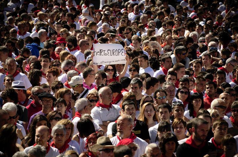 GRA459. PAMPLONA, 14/07/2017.- Vista de la multitudinaria concentración en apoyo de los jóvenes detenidos el 15 de octubre de 2016 por la agresión a dos guardias civiles y sus parejas en Alsasua, para los que la Fiscalía pide 375 años de cárcel por un presunto delito de terrorismo, celebrada el último día de los San Fermines en la céntrica plaza del Castillo de Pamplona. EFE/VILLAR LÓPEZ
