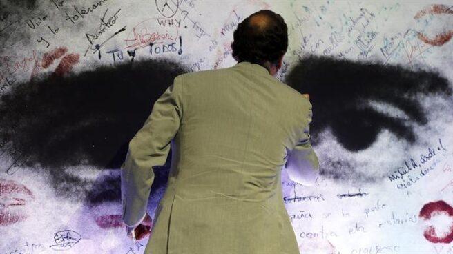 El presidente del Gobierno y del Partido Popular, Mariano Rajoy, firma en la imagen al término de su discurso en la escuela de formación Miguel Ángel Blanco de Nuevas Generaciones del PP celebarado en Bilbao. EFE/Luis Tejido