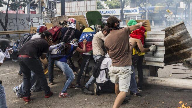 Manifestantes opositores se enfrentan a la Guardia Nacional Bolivariana durante la huelga del 20 de julio de 2017, en Caracas (Venezuela).